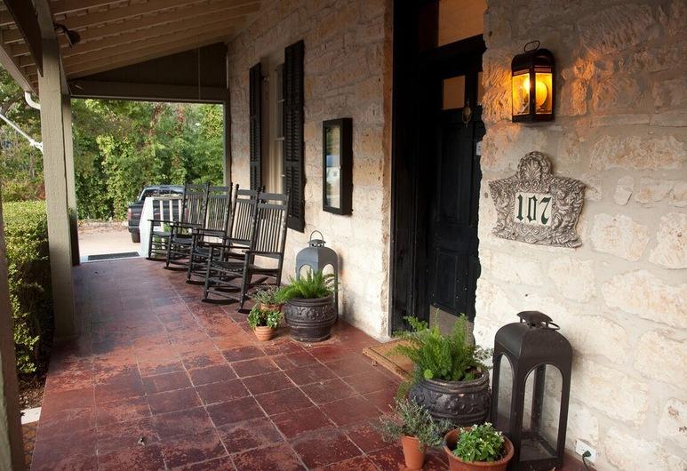 Inn Above Town Creek , Fredericksburg, Voorkant hotel