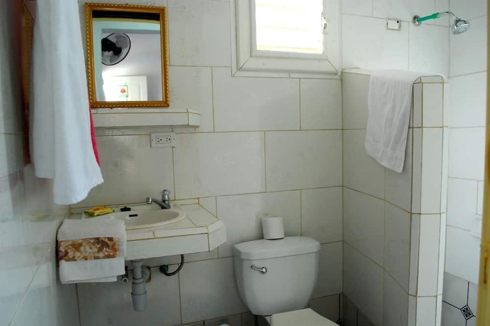 베이직 트리플룸, 침대(여러 개) - 욕실