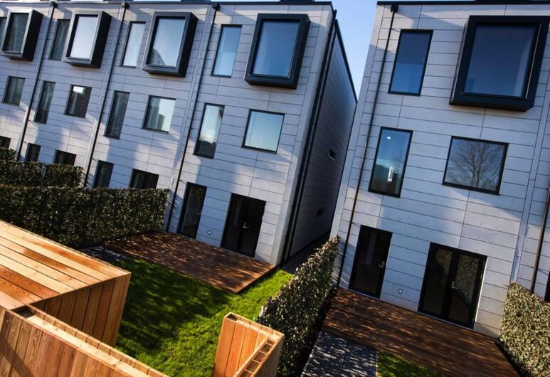 Senior Lane Residence, Salford, Property Grounds