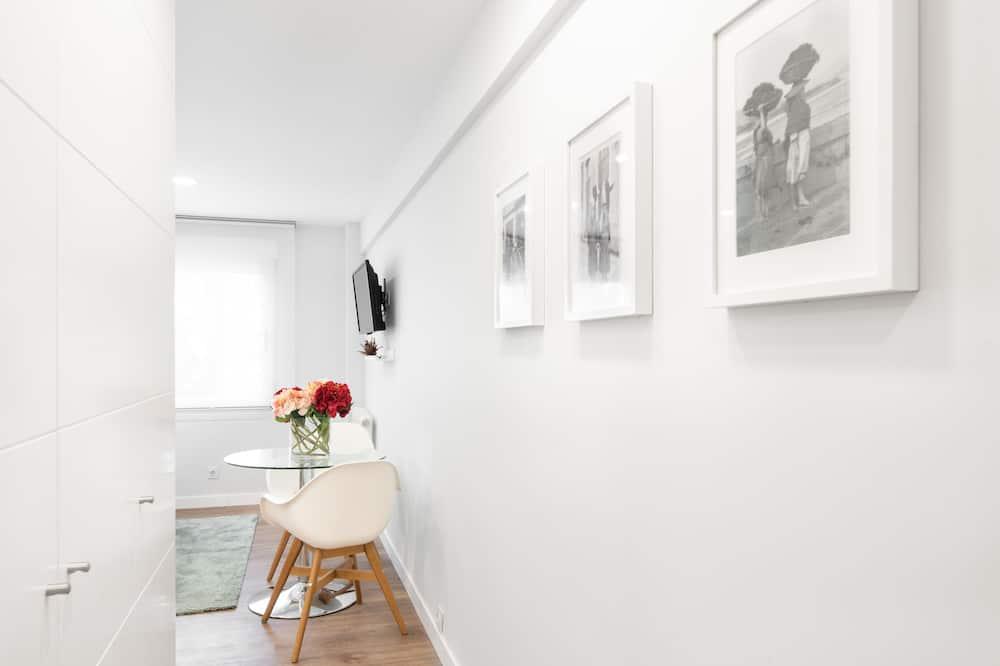 Comfort Studio, 1 King Bed - Living Area