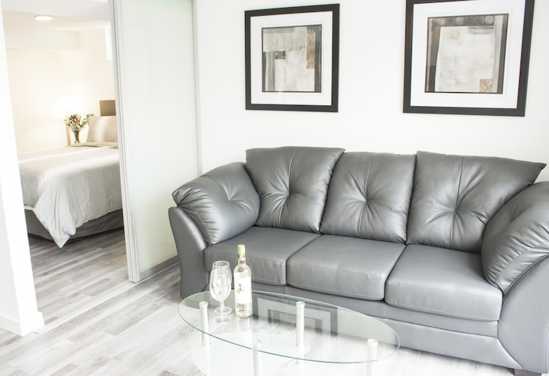 Bowmanville Marina Inn & Suites, Clarington, Luxury Suite, 1 Queen Bed with Sofa bed, Non Smoking, Lake View, Living Area