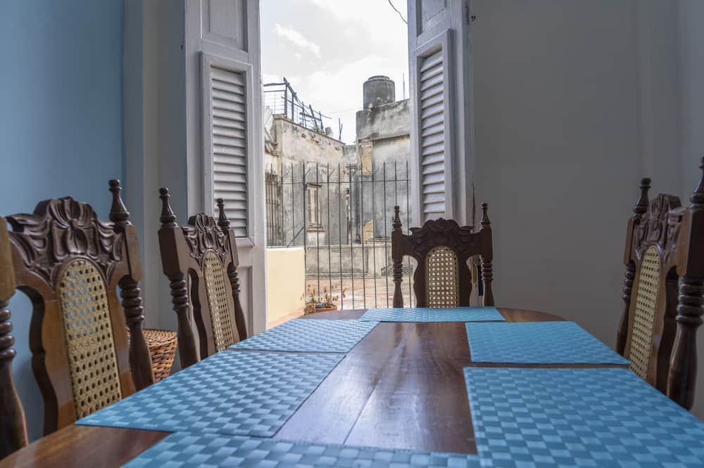 شقة في المدينة - عدة أسرّة - تناول الطعام داخل الغرفة