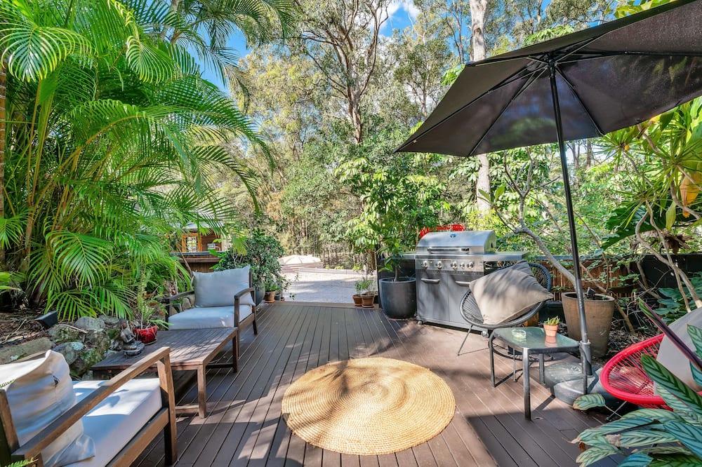 Улучшенные апартаменты, 1 двуспальная кровать «Квин-сайз» с диваном-кроватью, вид на сад - Терраса/ патио