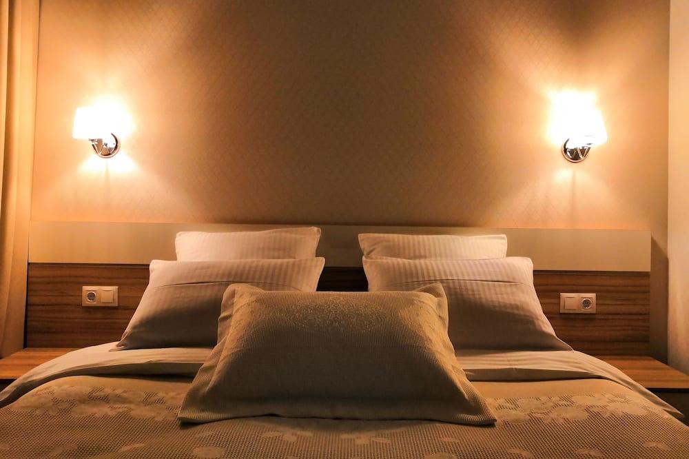 Premium Studio Suite, 1 Queen Bed with Sofa bed, Courtyard View - Living Area