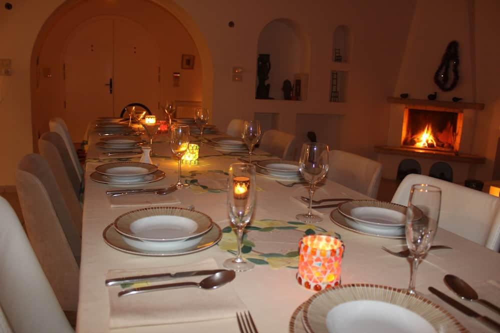 Premium-Villa - Essbereich im Zimmer