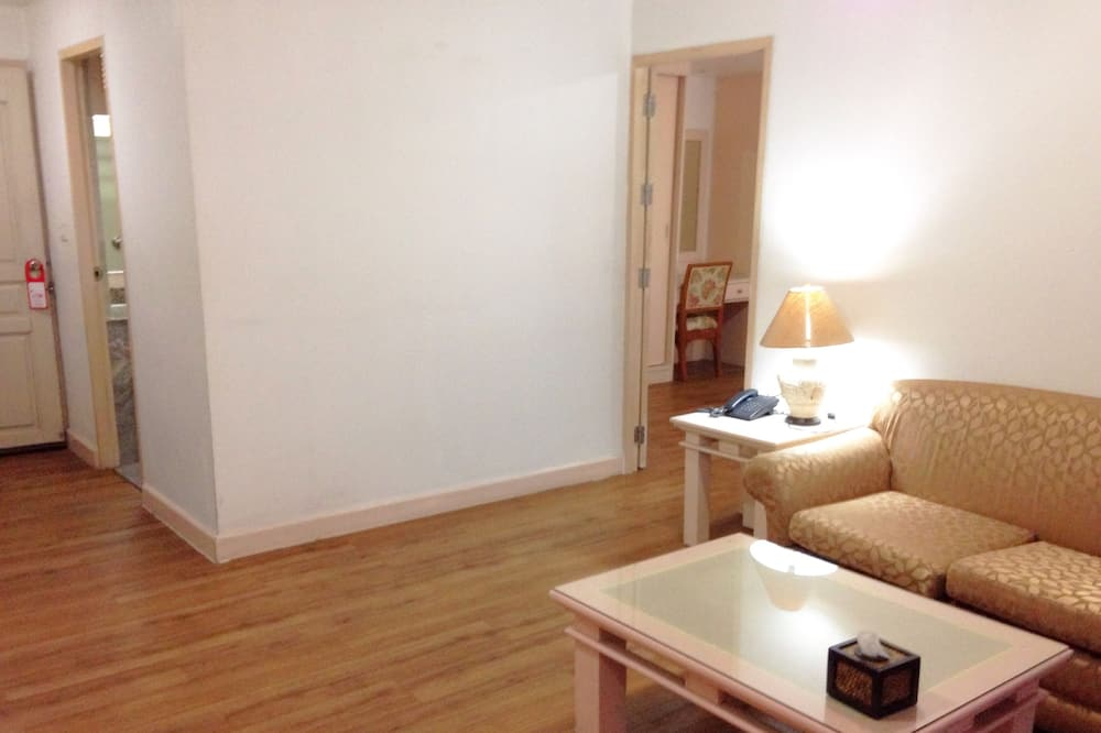 Basic Studio, 1 Bedroom, Non Smoking, Microwave - Living Area