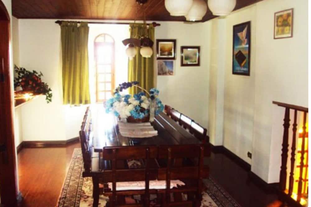 Eenvoudig huis, Meerdere bedden, uitzicht op tuin - Eetruimte in kamer