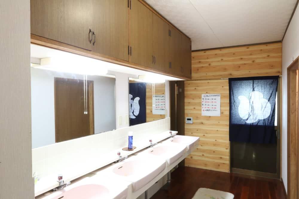 Dormitorio compartido, solo para hombres, baño compartido - Baño