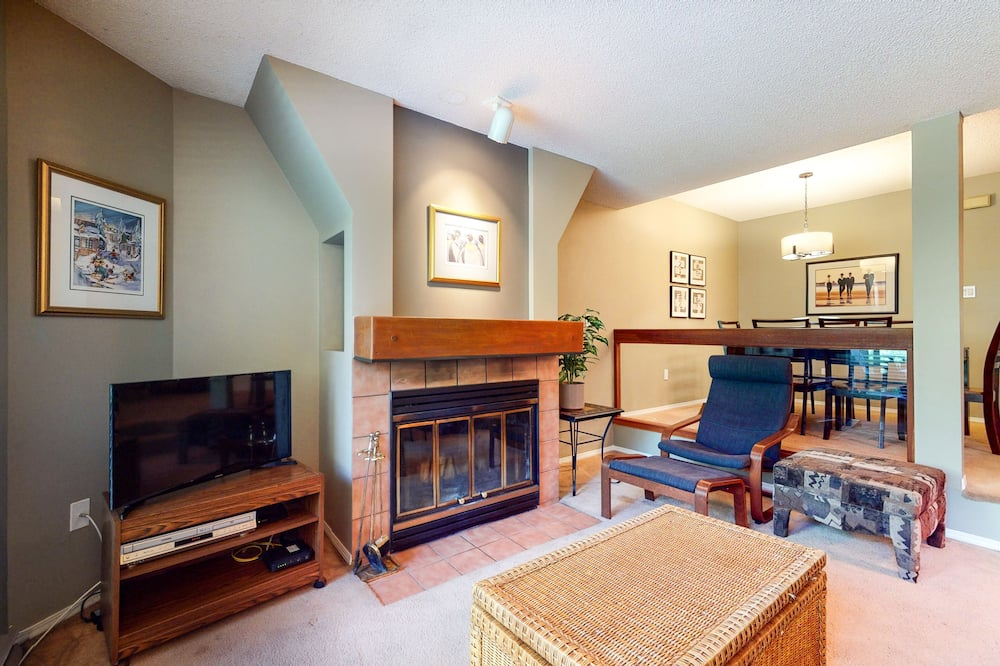 Townhome, 1 Bedroom, Balcony, Ground Floor (The Gables 39) - Living Room