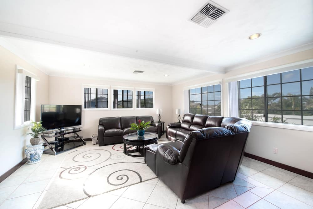 Luxury House, Multiple Beds, Marina View - Living Area