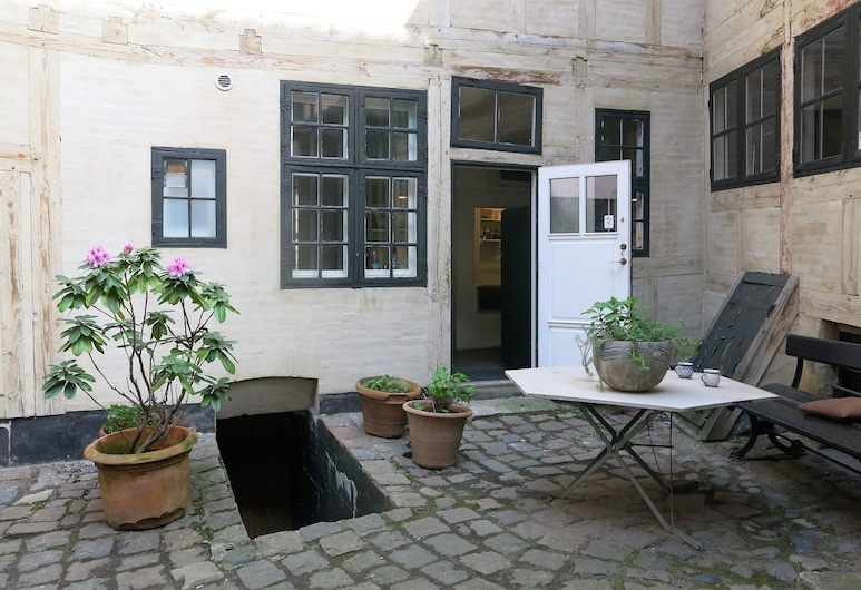 apartment historical building 1374-1, Copenhagen, Courtyard