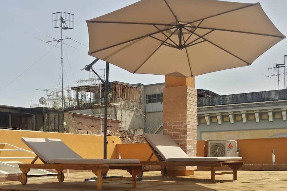 Habitación triple Confort, 1 cama Queen size con sofá cama, terraza, vista parcial al mar - Imagen destacada