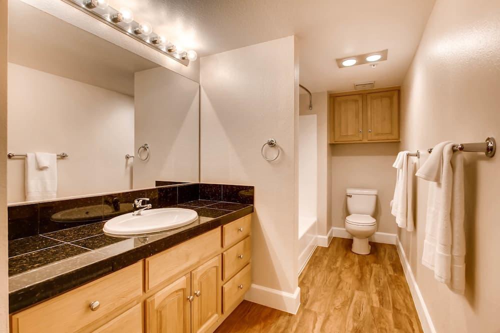 樓中樓客房, 1 張加大雙人床及 1 張梳化床, 廚房 - 浴室