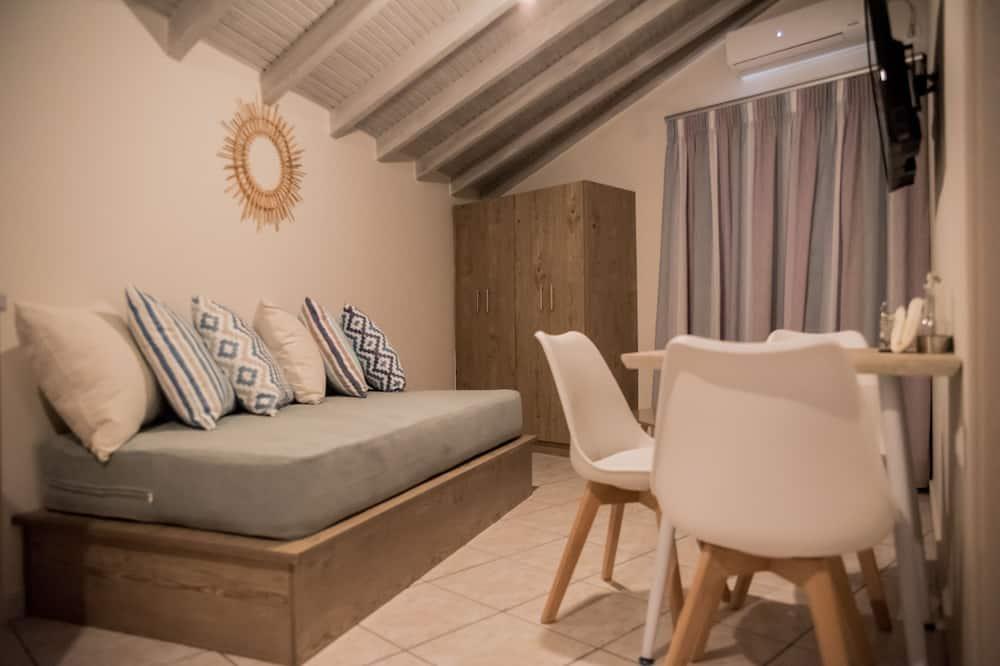 Triple Room, City View - Living Area