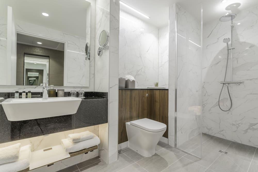 Kambarys, 1 labai didelė dvigulė lova, vaizdas - Vonios kambarys