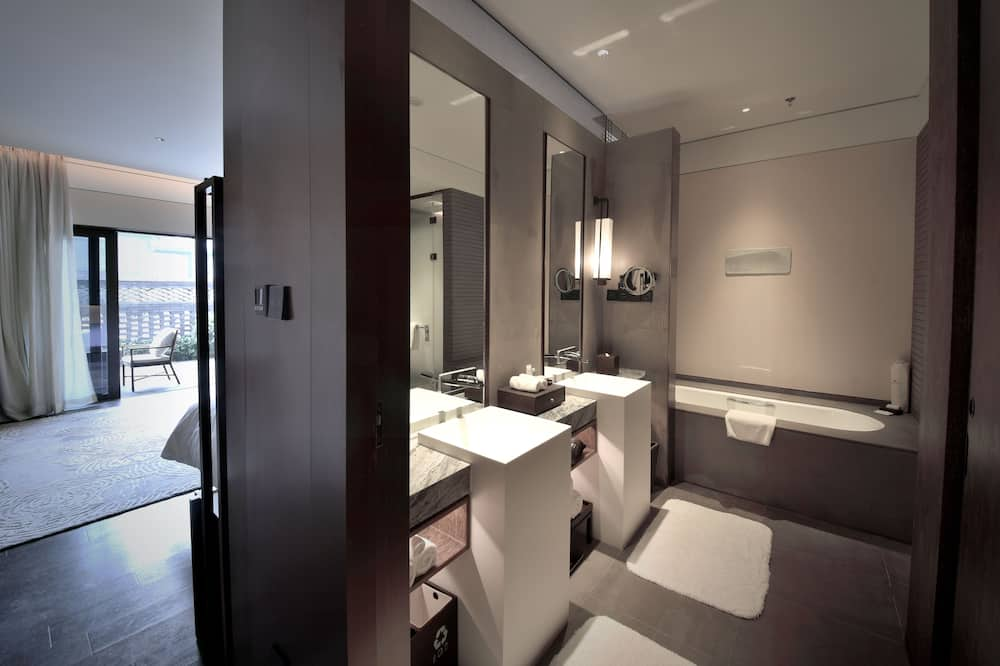 Executive Room, 1 King Bed, Courtyard View - Bathroom