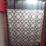 Comfort-Suite, Blick auf den Innenhof - Badezimmer