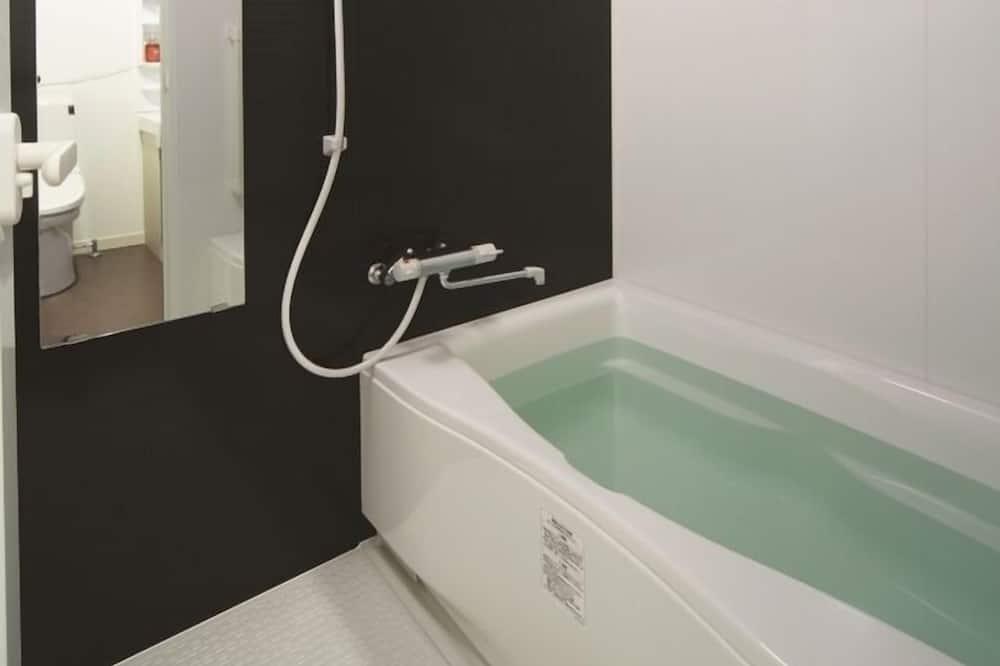 חדר לשלושה - אמבט