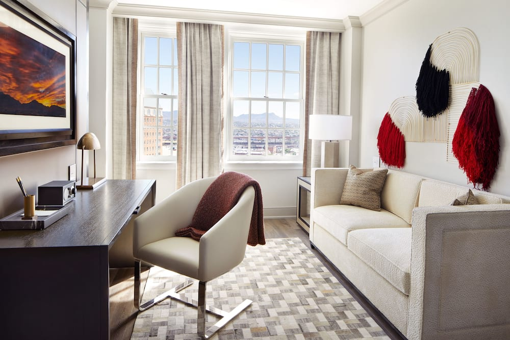 Landmark Suite, 1 King Bed Accessible - Living Area