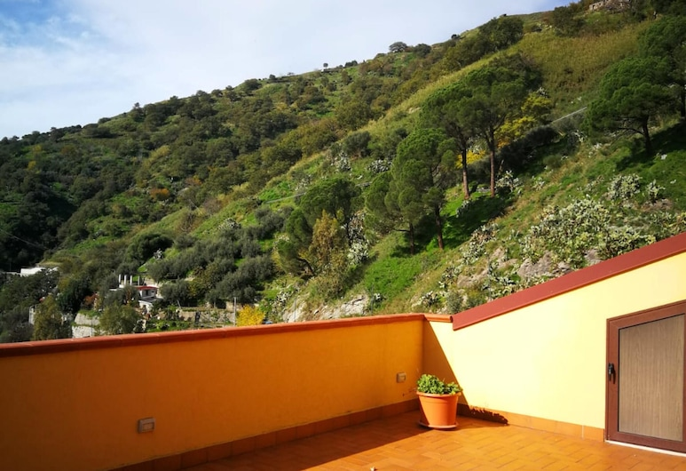 Apartment With 2 Bedrooms in Casalvecchio Siculo, With Wonderful Mountain View, Furnished Balcony and Wifi - 6 km From the Beach, Casalvecchio Siculo, Terraza o patio