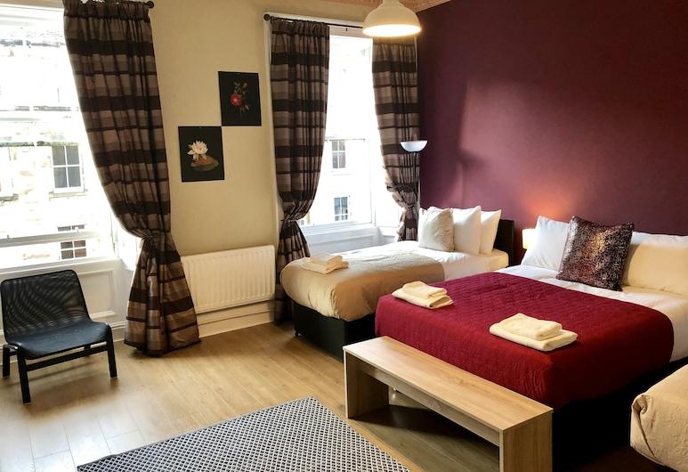 4 Bernard Terrace Accommodation, Edinburgh, Quadruple Room, Shared Bathroom (Room 1), Guest Room