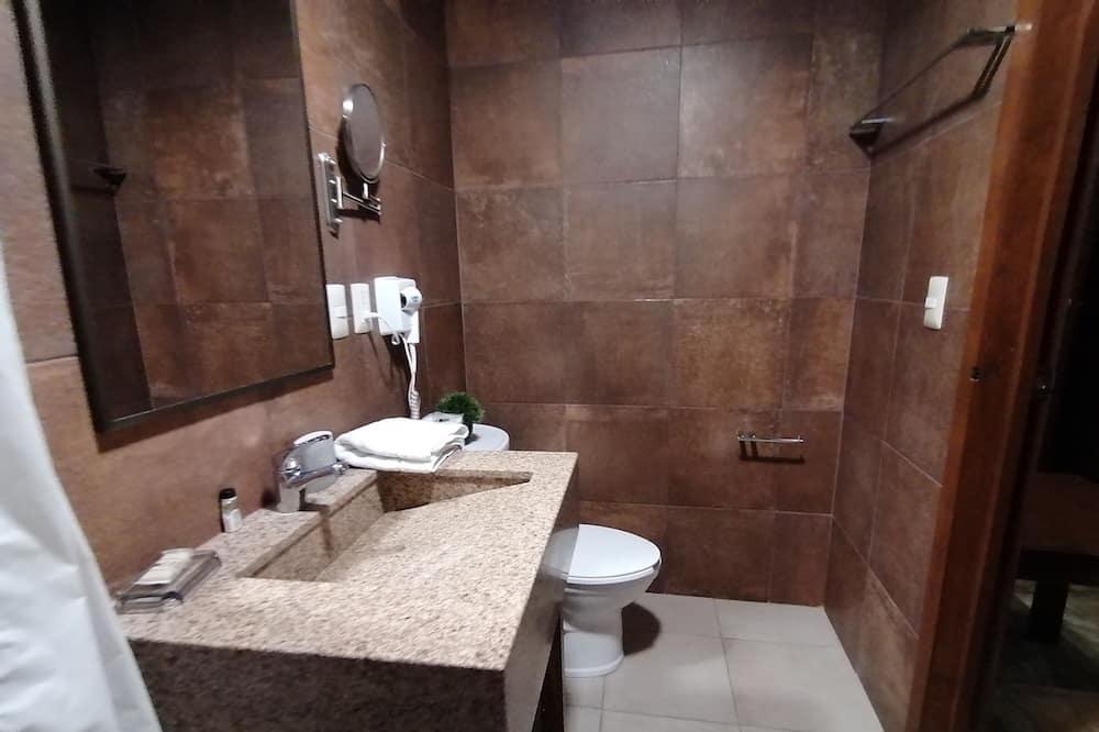Standard Quadruple Room, 2 Queen Beds, Non Smoking - Bathroom
