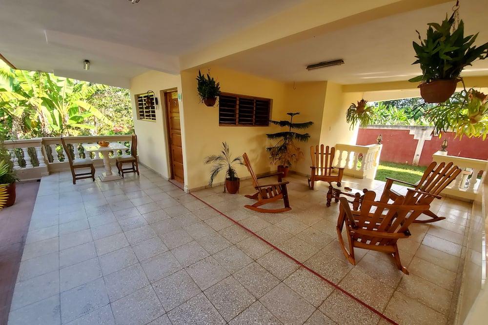 Chambre Familiale, vue jardin - Coin séjour