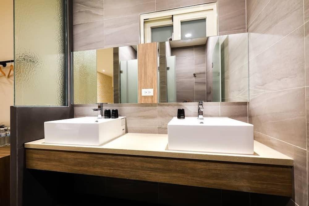 Family Suite (101) - Bathroom