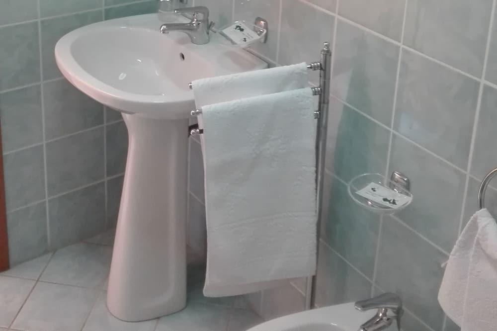 Čtyřlůžkový pokoj, více lůžek - Koupelna