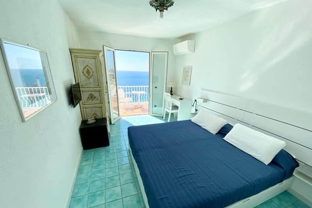 Deluxe Double Room, 1 King Bed, Sea View - Living Area