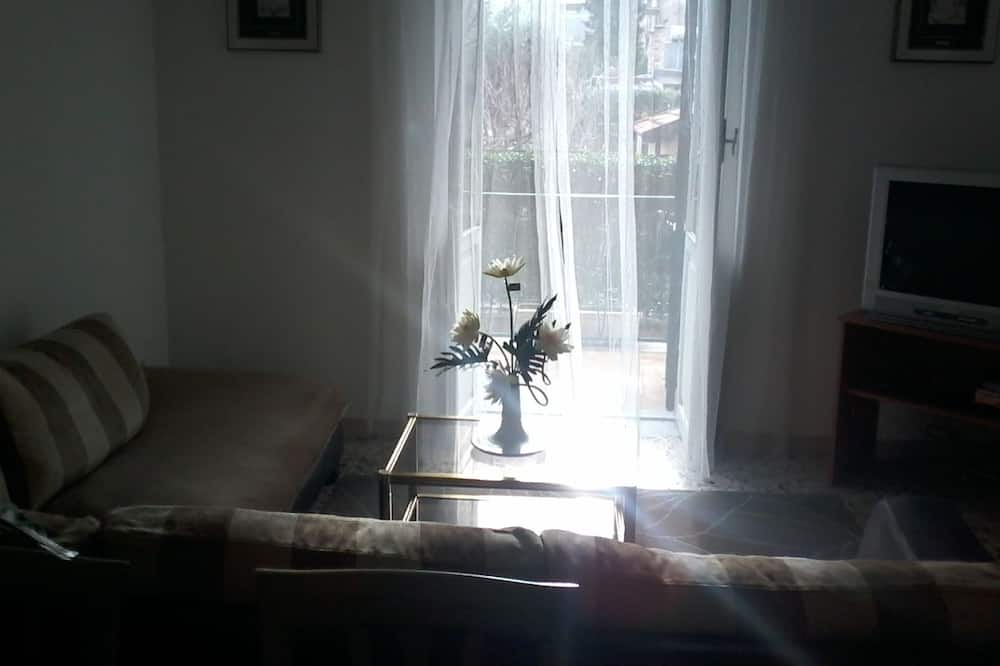 شقة مريحة - غرفتا نوم - منظر للحديقة - في طابق علوي - منطقة المعيشة