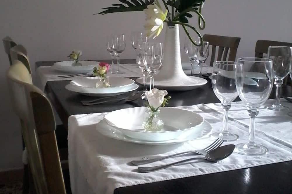 Comfort Apartment, 2 Bedrooms, Garden View, Tower - In-Room Dining