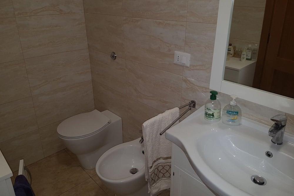 Classic Triple Room, City View - Bathroom