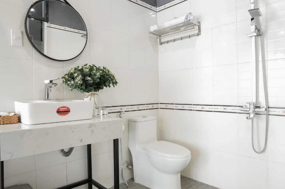 ห้องดีลักซ์ดับเบิล, เตียงควีนไซส์ 1 เตียง, วิวเมือง - ห้องน้ำ