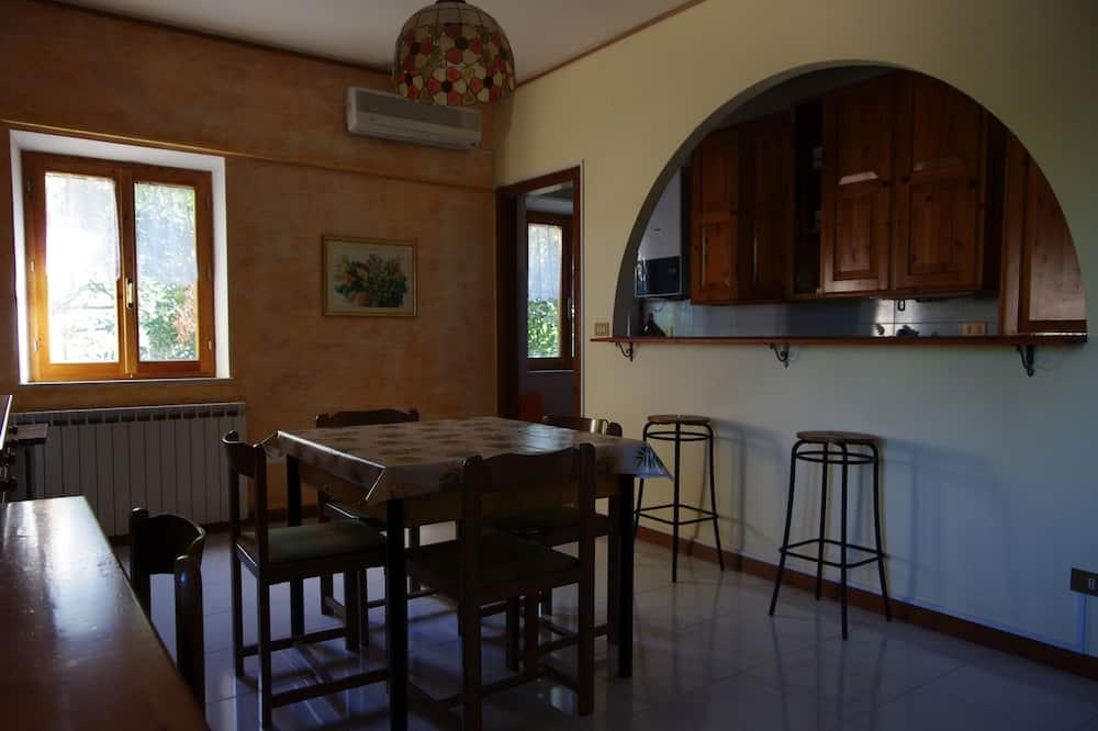 Tradicinio tipo apartamentai, 2 miegamieji, vaizdas į sodą - Vakarienės kambaryje