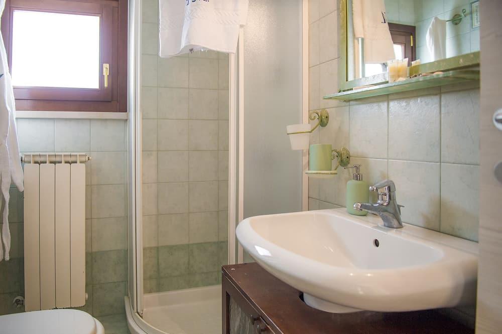 Pokoj Deluxe s dvojlůžkem nebo dvěma jednolůžky, výhled do zahrady - Koupelna