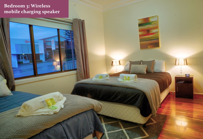 Wollongong train station holiday house, Wollongong, Family House, Multiple Beds, 2 Bathrooms, Courtyard View, View from room
