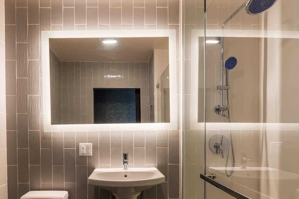 Standard Room, 1 Queen Bed, Non Smoking (Shower Only) - Badrum