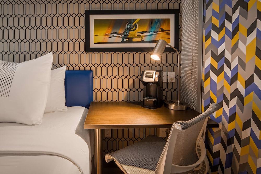 Standard Room, 1 Queen Bed, Non Smoking (Shower Only) - Gästrum