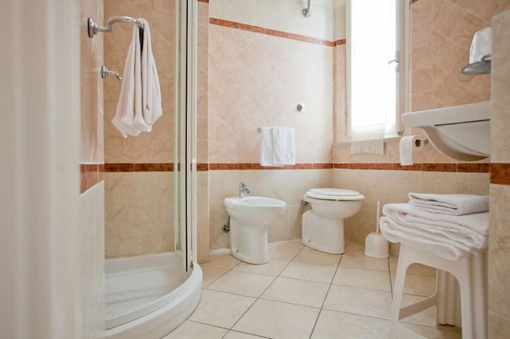 Tek Büyük Yataklı Oda, Bahçe Manzaralı - Banyo