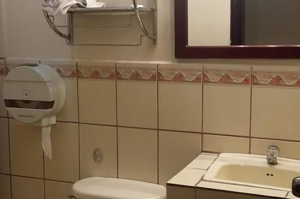 Standardní čtyřlůžkový pokoj, 2 dvojlůžka - Koupelna
