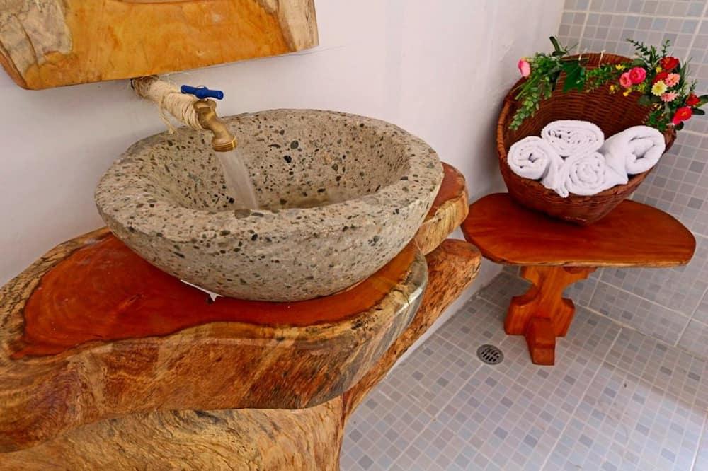 Classic Room, 1 King Bed, Bathtub - Bathroom