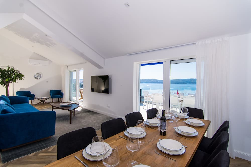 Luxury Apartment, Multiple Beds, Sea View - In-Room Dining