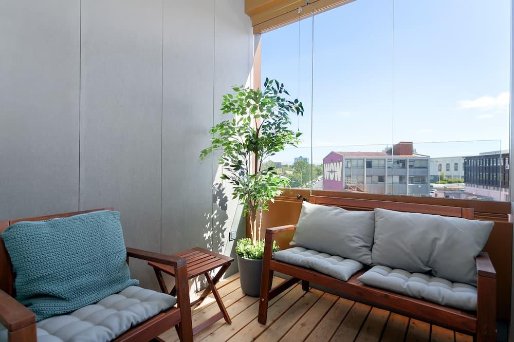 Augstākās klases dzīvokļnumurs, viena guļamistaba, balkons, skats uz pilsētu - Balkons