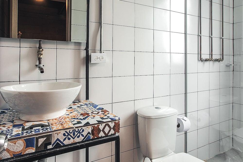 غرفة ثلاثية بتجهيزات أساسية - بحمام مشترك - حمّام