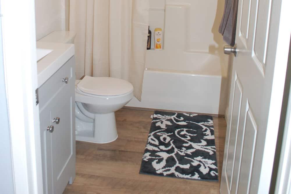 Comfort Room, 2 Double Beds - Bathroom