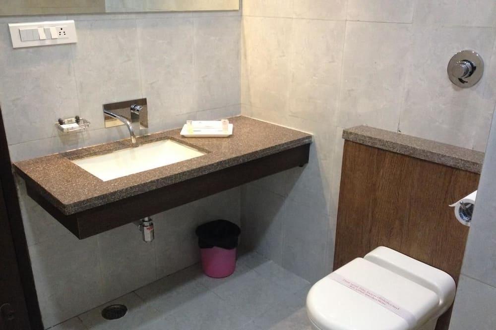 Family Suite, City View - Bathroom