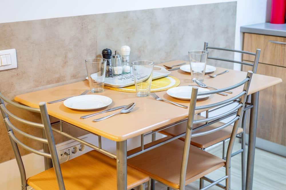 Basic Studio - Tempat Makan dalam Bilik