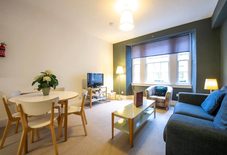 Perfect Location! Charming Rose St Apt for Couples, Edinburgh, Apartment (1 Bedroom), Living Room