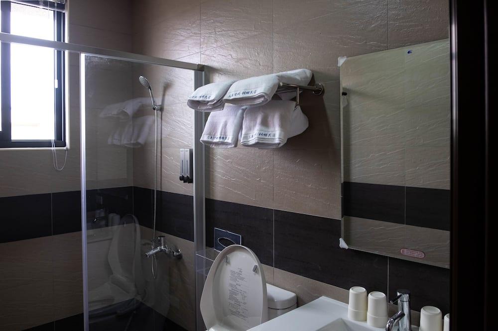 Comfort-værelse til 4 personer - 2 dobbeltsenge - balkon - bjergudsigt - Bruser på badeværelset